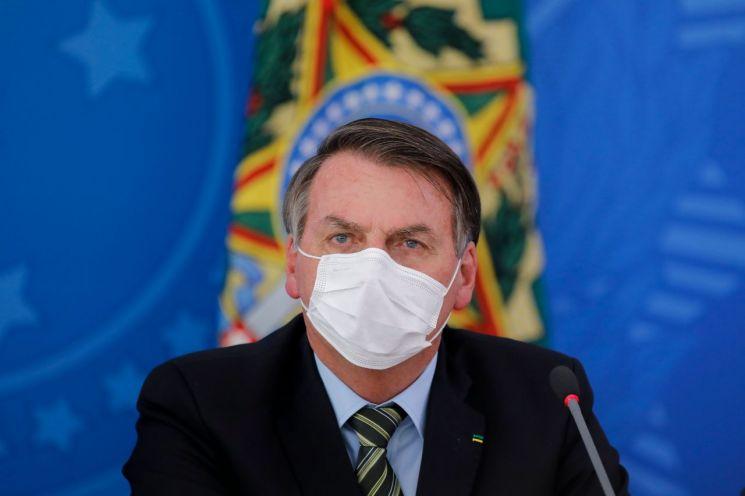 마스크를 쓴 채 신종 코로나바이러스감염증(코로나19) 관련 긴급 기자회견을 하는 자이르 보우소나루 브라질 대통령. [이미지출처=AFP연합뉴스]