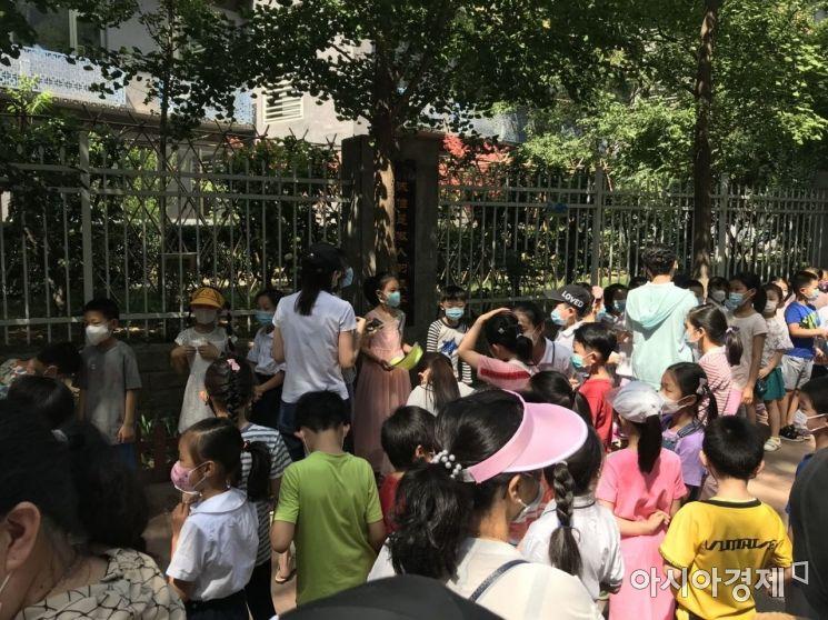코로나 대응 수위 낮춘 베이징…저학년 등교준비·소비촉진 시작