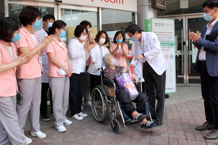 6월3일 경북 안동의료원에서 코로나19에 걸려 99일 동안 입원한 80대 노인이 완치 판정을 받은 후 퇴원하고 있다. 80대 노인으로서는 국내 최장기 코로나19 입원 환자로 기록됐다.