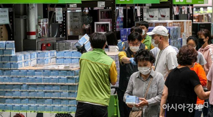 [포토]연이은 초여름 날씨, 얇은 마스크 구매 나선 고객들