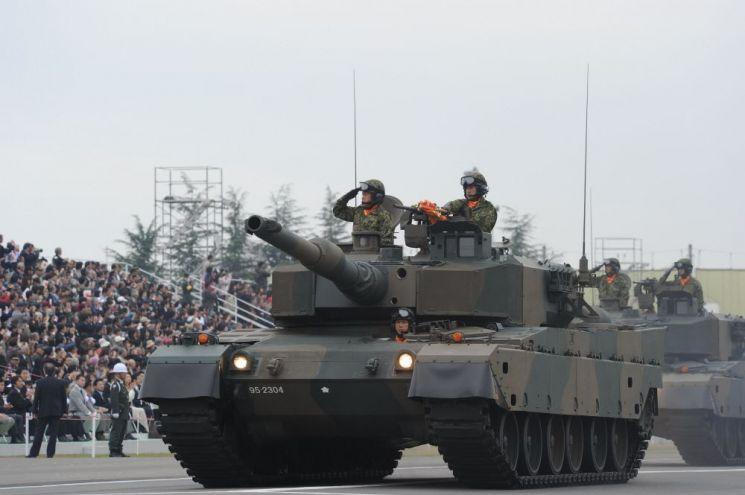 일본어로 '90'을 뜻하는 '큐우마루'라는 애칭을 가진 90식 전차는, 1990년부터 2009년까지 19년간 341대가 전력화 되었다. 사진=일본 육상자위대