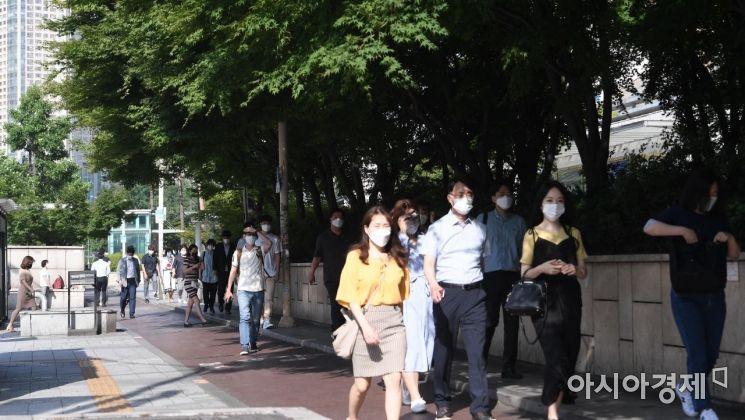 전국 곳곳에 폭염주의보가 예보된 9일 서울 잠실역 인근 거리에서 출근길에 오른 시민들이 그늘로 걷고 있다./김현민 기자 kimhyun81@