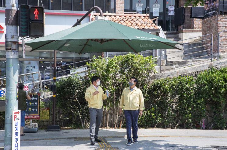 [포토]성장현 용산구청장 이태원 일대 그늘막쉼터 점검