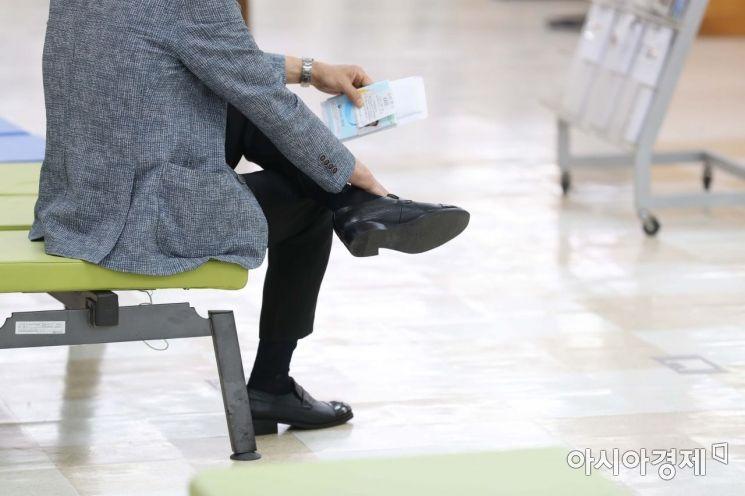 10일 서울 중구 서울고용복지플러스센터에서 한 시민이 실업급여 신청을 하기 위해 대기하고 있다. /문호남 기자 munonam@
