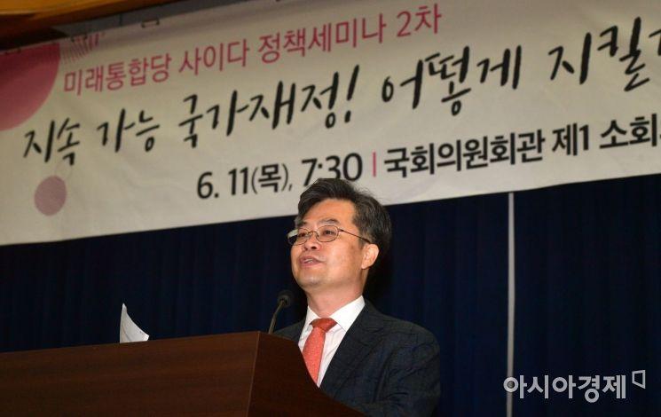 박형수 전 한국조세재정연구원장이 11일 국회에서 열린 미래통합당 정책세미나에 참석, '지속 가능 국가재정! 어떻게 지킬것인가?'라는 주제로 강연을 하고 있다./윤동주 기자 doso7@
