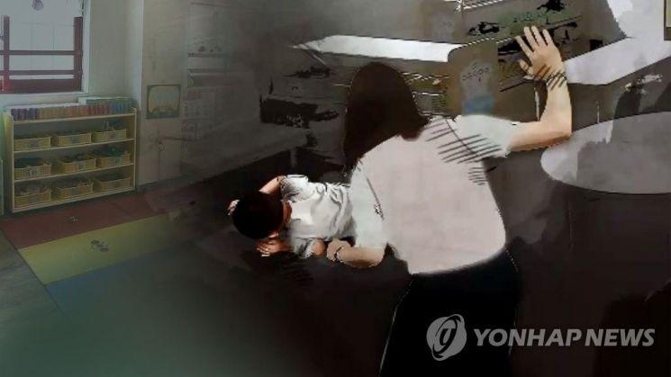 잠을 자지 않는다며 유아의 등을 때리는 등 학대한 혐의로 기소된 어린이집 보육교사들이 징역형의 집행유예에 처해졌다. 사진 = 연합뉴스