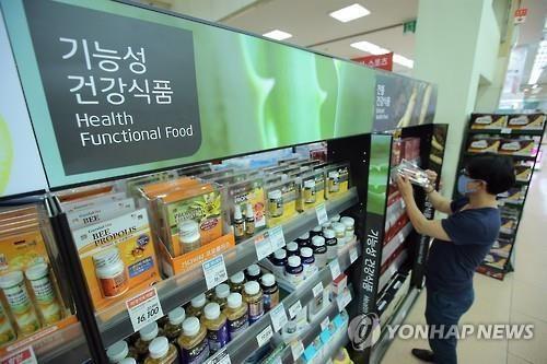 한 조사 결과에 따르면 현대인 10명 중 7명꼴로 건강기능식품을 섭취함으로써 심리적 안정감을 느끼는 것으로 나타났다./사진=연합뉴스