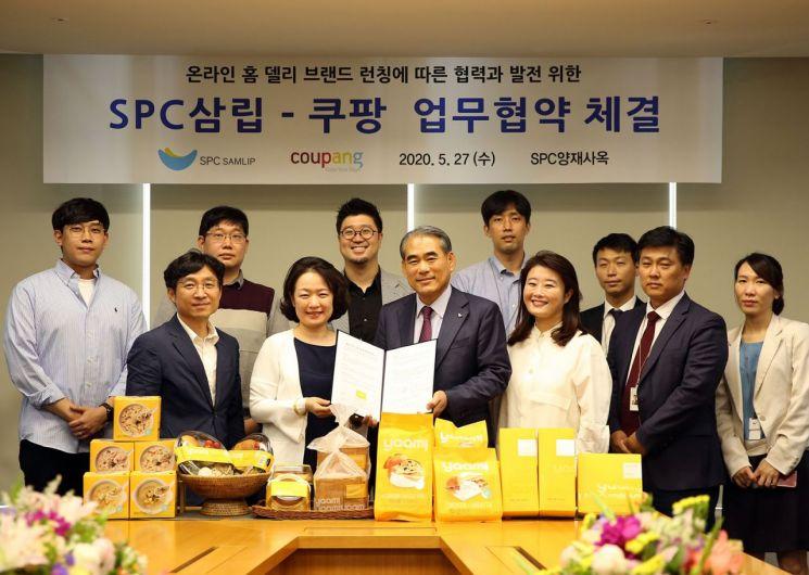 지난달 27일 온라인 협업을 위한 MOU를 체결한 뒤 황종현 SPC삼립 대표이사(가운데)와 윤혜영 쿠팡 부사장(가운데 왼쪽)이 기념 사진을 찍고 있다.
