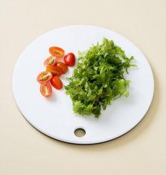 2. 상추는 씻어 굵게 채 썰고 방울토마토는 4등분한다.