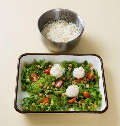 4. 소면은 먹기 좋은 양만큼 잡고 돌돌 말아 얹고 견과류와 참깨 드레싱을 뿌린다. (Tip 홈메이드 오리엔탈 드레싱은  올리브오일에 간장, 식초, 설탕을 넣고 기호에 따라 다진마늘이나 깨소금을 넣어 잘 저어서 만든다.)