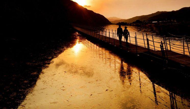 노을지는 산소100리길을 걷고 있는 여행객들