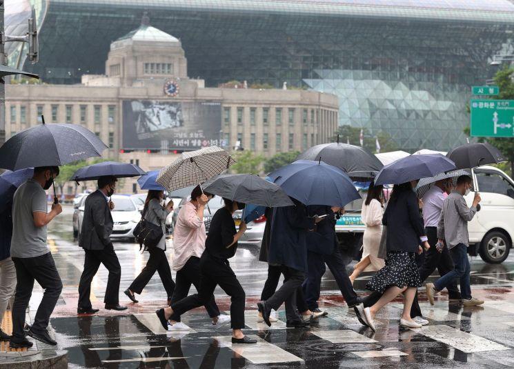 비가 내린 지난 2일 오전 서울 시청역 인근에서 시민들이 우산을 쓰고 횡단보도를 건너고 있다/사진=연합뉴스