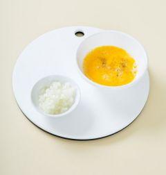 1. 양파는 다지고 달걀은 잘 풀어서 소금과 후춧가루로 간을 한다.
