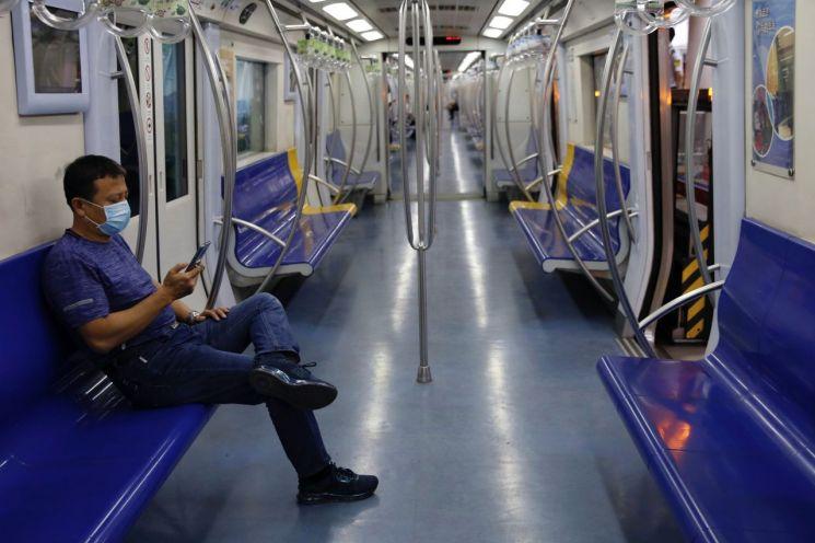 신종 코로나바이러스 감염증(코로나19)이 재확산으로 한산한 모습의 베이징 지하철. [이미지출처=로이터연합뉴스]