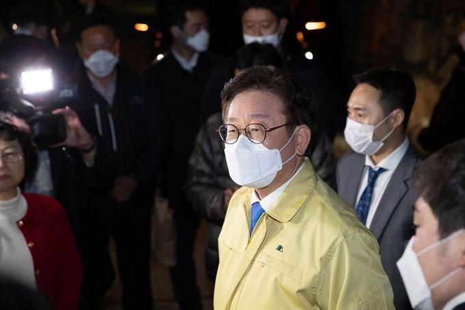 지난 3월2일 오후 경기 가평군 신천지 연수원인 '평화의 궁전'에 이재명 경기지사가 도착하고 있다. [이미지출처=연합뉴스]