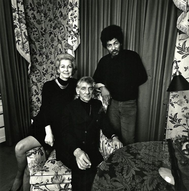 1970년 레너드 번스타인과 부인 펠리시아가 블랙 팬더스 파티의 리더 필드 마샬 도널드 콕스와 뉴욕 자택에서 함께했다 (C) Stephen Salmieri