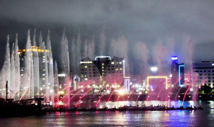 평화광장 앞바다에 설치된 춤추는 바다분수가 화려한 물빛쇼를 펼치고 있다