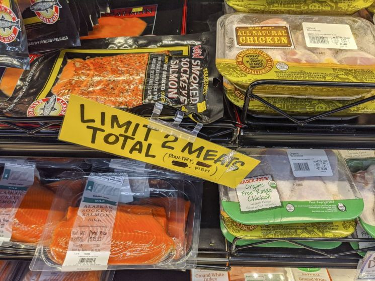 미국 로스앤젤레스의 한 상점에 진열된 연어와 닭고기. [이미지출처=AP연합뉴스]