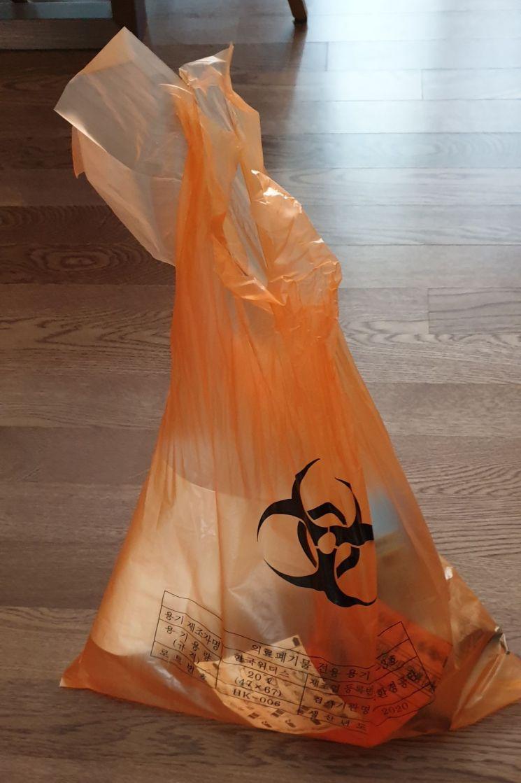 지난 4월 스위스에서 귀국해 격리 생활을 경험한 송모(24)씨는   비닐 봉투에 새겨진 감염병 경고 마크에도 두려움을 느꼈다고 전했다.