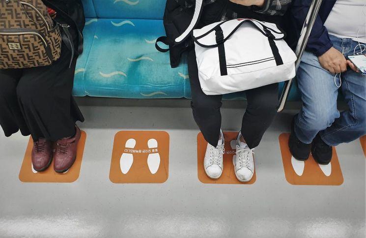 지난달 20일 인천교통공사는 '쩍벌' 예방용 발바닥 스티커를 전동차 좌석 바닥에 붙이는 캠페인을 진행했다./사진=인천교통공사 제공
