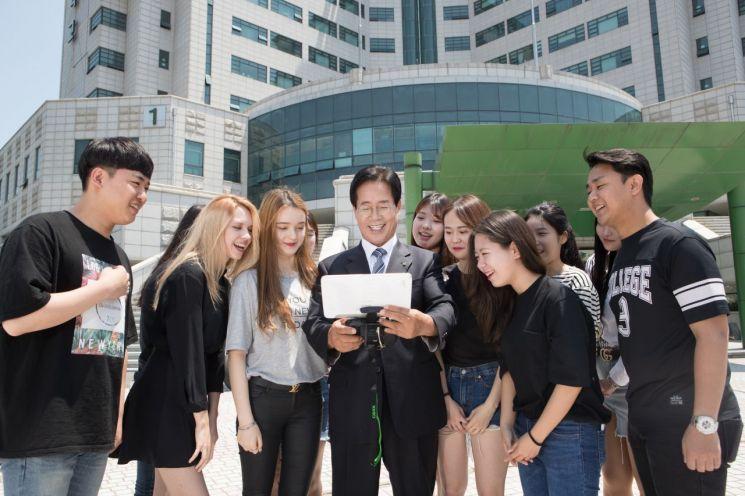 동명대 정홍섭 총장과 학생들이 드론 교육 실습을 같이 하고 있다.