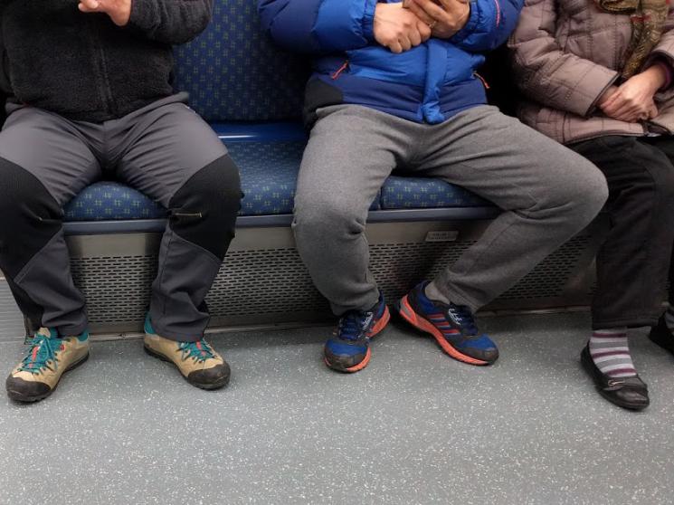 부산 도시철도 1호선에서 촬영한 소위 '쩍벌남'의 예시. 다리를 벌리고 앉은 왼쪽과 가운데 남성 두 명으로 인해 빈 자리에 앉을 수 없고, 오른쪽의 여성이 불편하게 앉아 있다.사진=위키백과 CC BY-SA 4.0