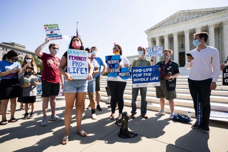 29일 미국 연방대법원 앞에서 낙태찬성론자들이 루이지애나주의 법이 낙태권리를 침해했다는 판결을 환영하고 있다. [이미지출처=EPA연합뉴스]