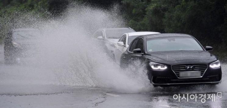 장맛비가 내린 30일 서울 영등포구 여의하류IC 인근 도로에서 차량이 물보라를 일으키며 지나고 있다./김현민 기자 kimhyun81@