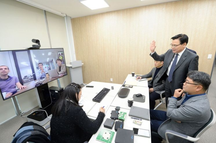 권평오 KOTRA 사장(서있는 사람)이 사이버무역상담실을 방문해 거래 논의 중인 바이어와 화상으로 인사를 나누고 있다./사진=KOTRA