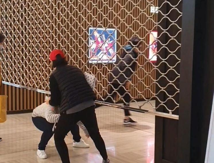 지난 3월 서울의 한 백화점이 개장하자 대기자들이 앞다퉈 입장하고 있다./사진=연합뉴스