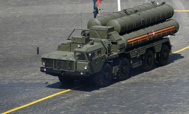 지난 24일(현지시간) 러시아 승전기념일 퍼레이드에 등장한 S-400 미사일 이동발사대의 모습 [이미지출처=EPA연합뉴스]