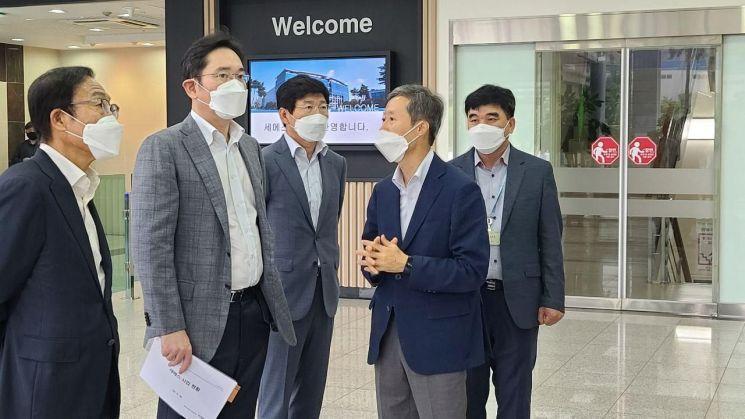 이재용 삼성전자 부회장이 30일 세메스 천안사업장을 찾아 현장경영을 재개했다.