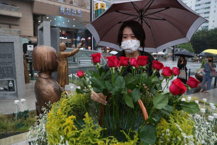 지난 24일 성동구와 성동평화의소녀상기념사업회 등은 '성동평화의소녀상' 건립 3주년을 기념해 헌화와 묵념으로 기념행사를 개최했다.