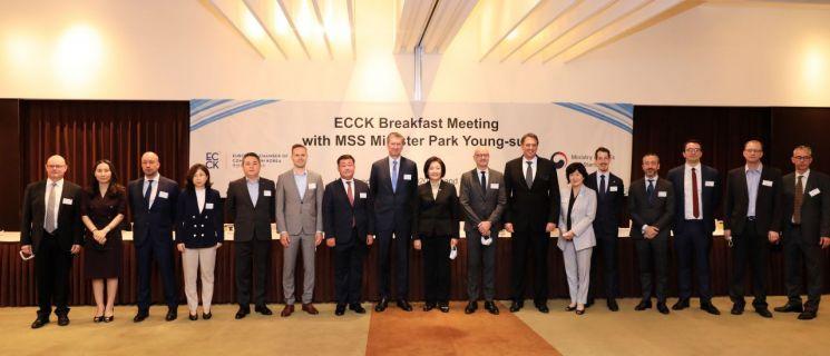 박영선 중소벤처기업부 장관(가운데)이 1일 서울 용산구 그랜드하얏트호텔에서 열린 유럽기업 간담회에서 최고경영자(CEO) 등 참석자들과 기념촬영을 하고 있다.