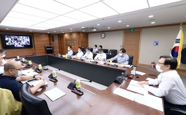KOTRA가 30일 온라인으로 중국지역 무역투자 전략회의를 개최했다. 권평오 KOTRA 사장(오른쪽)이 회의를 주재하고 있는 모습(사진=KOTRA)