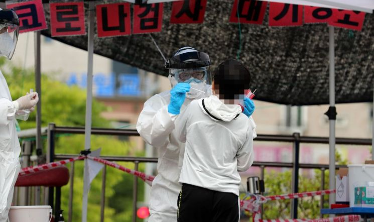 대전 동구 가오동 동구보건소에 마련된 신종 코로나바이러스감염증(코로나19) 선별진료소에서 확진자와 접촉한 초등학생이 검사를 받고 있다. [이미지출처=연합뉴스]