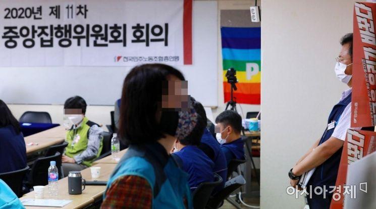 [포토]생각에 잠긴 김명환 민주노총 위원장