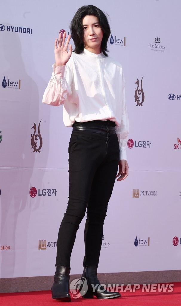 가수 겸 배우 노민우가 일본 유명 배우 아야세 하루카와의 열애설을 부인했다.