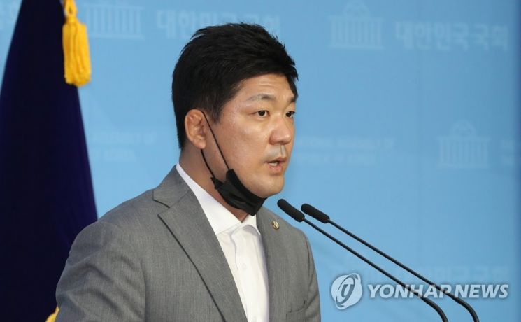 이용 미래통합당 의원이 1일 오전 서울 여의도 국회 소통관에서 트라이애슬론 사망 사건에 대한 관계기관의 철저한 조사를 촉구하는 기자회견을 하고 있다. 사진=연합뉴스