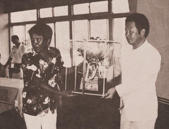 강영일(왼쪽)이 1981년 부산오픈 우승 직후 최철락 대회장으로부터 트로피를 받고 있는 모습이다.