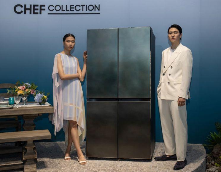 삼성전자 모델이 2일 서울 성수동에 마련된 체험존에서 '뉴 셰프컬렉션' 냉장고를 소개하고 있다.