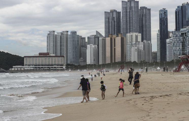 1일 개장한 부산 해운대 해수욕장을 찾은 피서객들/사진=연합뉴스