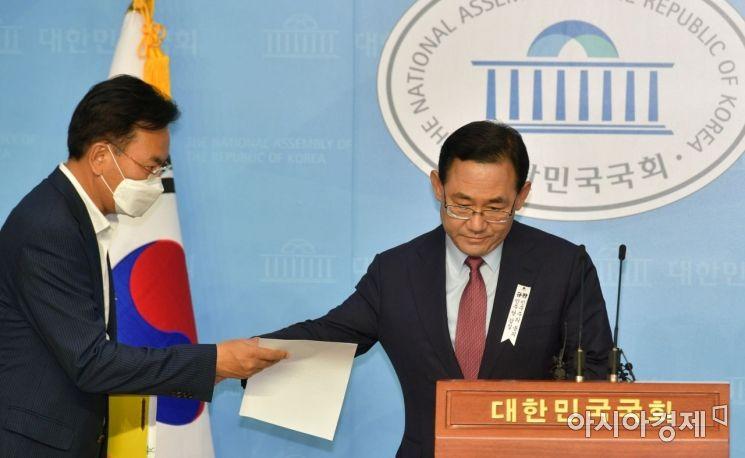 [포토] 회견장 들어서는 주호영 원내대표