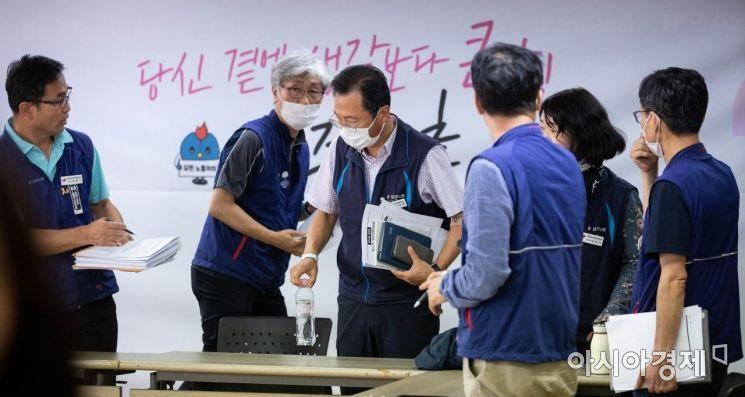 [포토]민주노총 관계자들과 대화하는 김명환 위원장