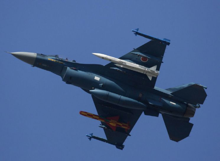 일본이 만든 초음속 공대함 미사일 'ASM-3'001 공대함 미사일을 장착하고 비행중인 일본 항공자위대의 F-2 전투기. 하얀색의 미사일이 일본이 자체 개발한 초음속 공대함 미사일 ASM-3이다.