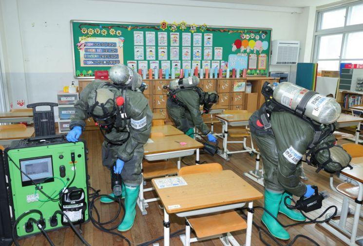 최근 학생 확진자가 나온 대전 천동초등학교에서 방역소독 활동이 진행되고 있다. 대전시 제공