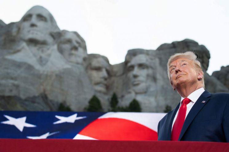 도널드 트럼프 미국 대통령이 3일(현지시간) 독립기념일 행사를 위해 사우스 다코다 주 키스톤에 있는 러시모어산에 도착하고 있다. 러시모어산 '큰 바위 얼굴'은 조지 워싱턴·토머스 제퍼슨·시어도어 루스벨트·에이브러햄 링컨 등 4명의 전직 대통령 얼굴이 조각돼 있다. 출처=연합뉴스