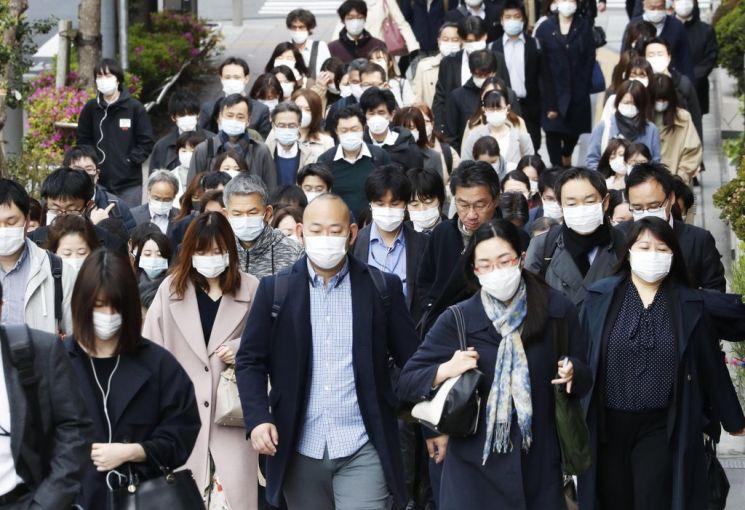 신종 코로나바이러스 감염증(코로나19) 긴급사태가 일본 전국으로 확대된 가운데, 지난 4월17일 오전 일본 도쿄도 주오구에서 마스크를 쓴 직장인들이 출근하고 있다. [이미지출처= 연합뉴스]