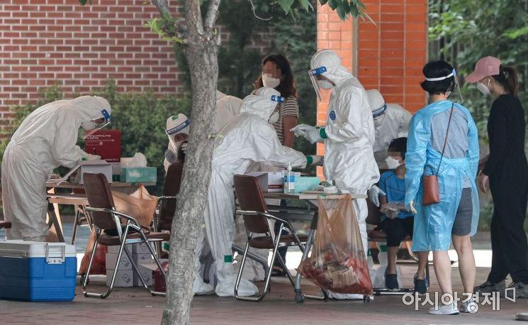 서울 묵현초등학교에서 코로나19 확진자가 발생한 가운데 5일 서울 중랑구 묵현초등학교에 마련된 임시 선별진료소를 찾은 어린이들이 검사를 받고 있다./강진형 기자aymsdream@