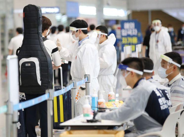인천국제공항에서 입국자들이 관계자의 설명을 들으며 이동하고 있다.<이미지:연합뉴스>